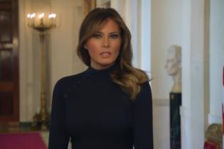 В елегантній чорній сукні і з гарним макіяжем: Меланія Трамп записала відеозвернення до американців