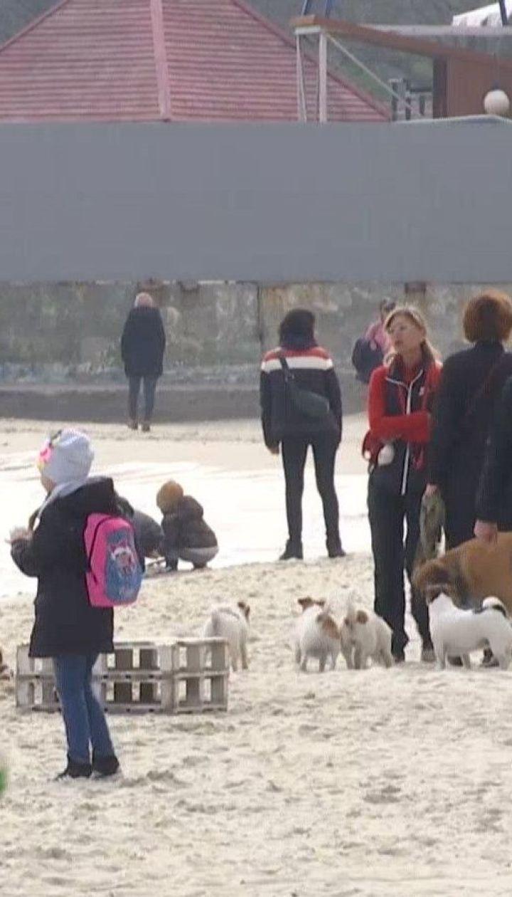 Через гарну погоду одесити забули про карантин та масово потягнулися до моря