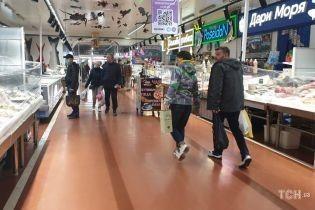 """В Киеве продолжает работать рынок """"Столичный"""". Сколько людей скупается и какие цены"""