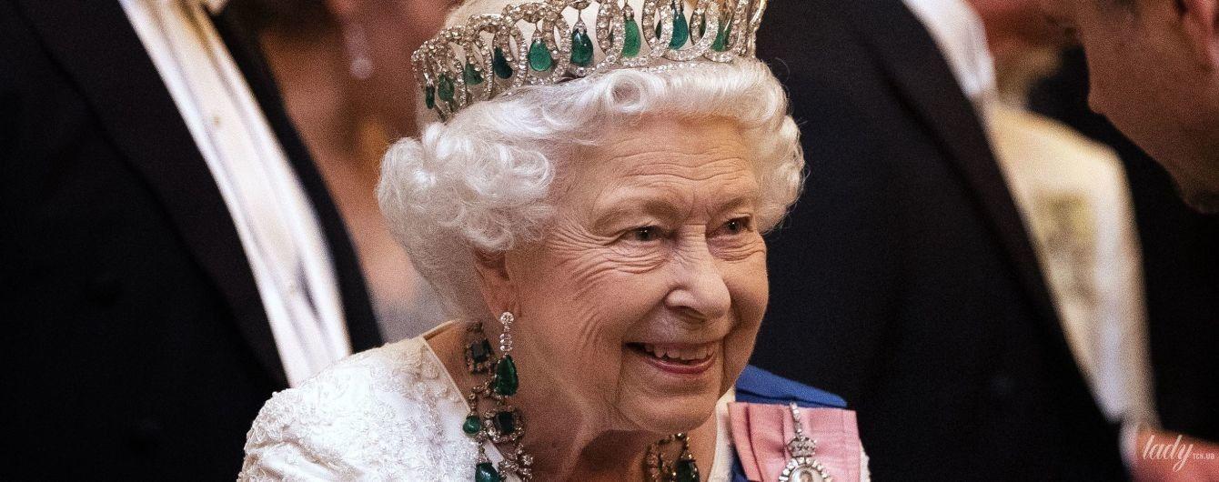 Как похожи: королевская семья показала архивное фото королевы Елизаветы II и ее матери