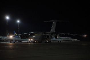 С тестами, масками, дезинфекторами и медоборудованием. В Украину прибыл самолет из Китая