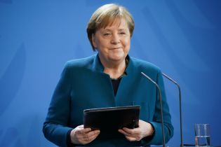 Последний выход перед карантином: Ангела Меркель в темно-бирюзовом жакете выступила перед прессой