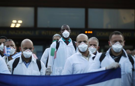 """""""Найбільше вражають смерті молодих пацієнтів"""": лікарі розповіли про нові підступи коронавірусу"""