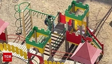 Карантин в Киеве: коммунальщики дезинфицируют детские площадки