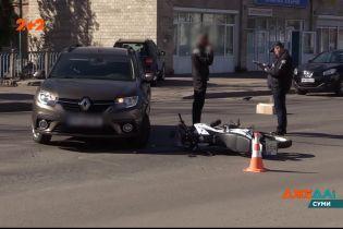 В Сумах из-за грубого нарушения правил легковушка снесла мотоцикл – ДТП с дорог Украины