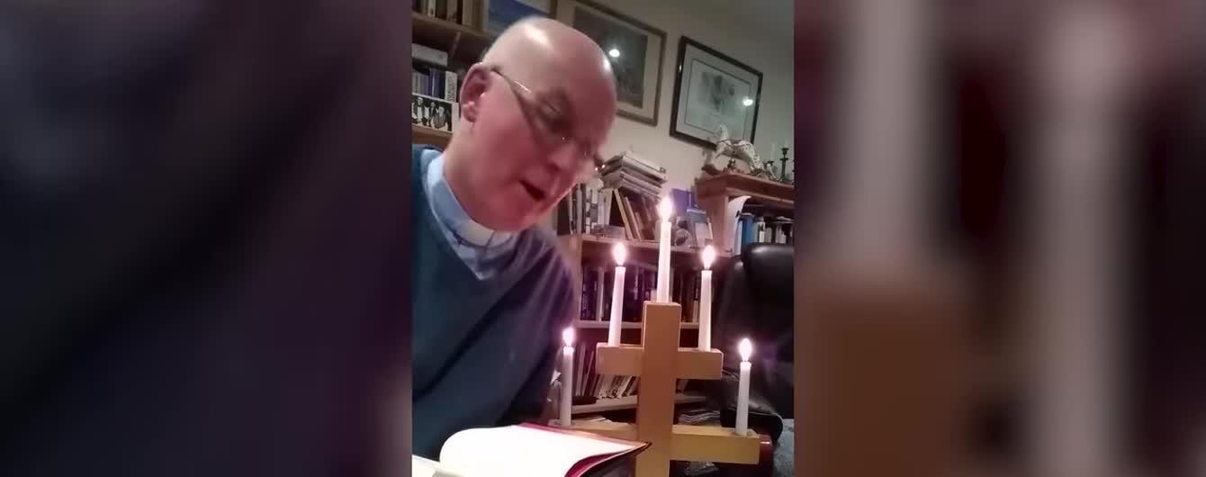 Британський священник загорівся від свічки під час онлайн-служби