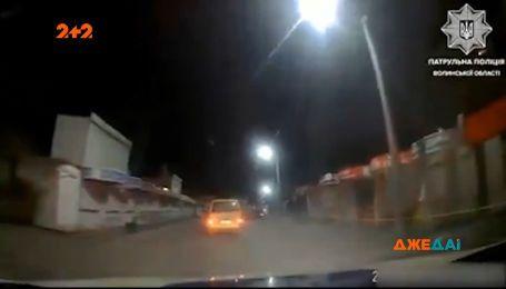 Дрифтував і не зупинявся на світлофорах: у Луцьку патрульні півгодини намагалися затримати порушника