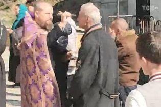 Коронавірус у Києві: на території Олександрівської лікарні священики нехтують санітарними нормами
