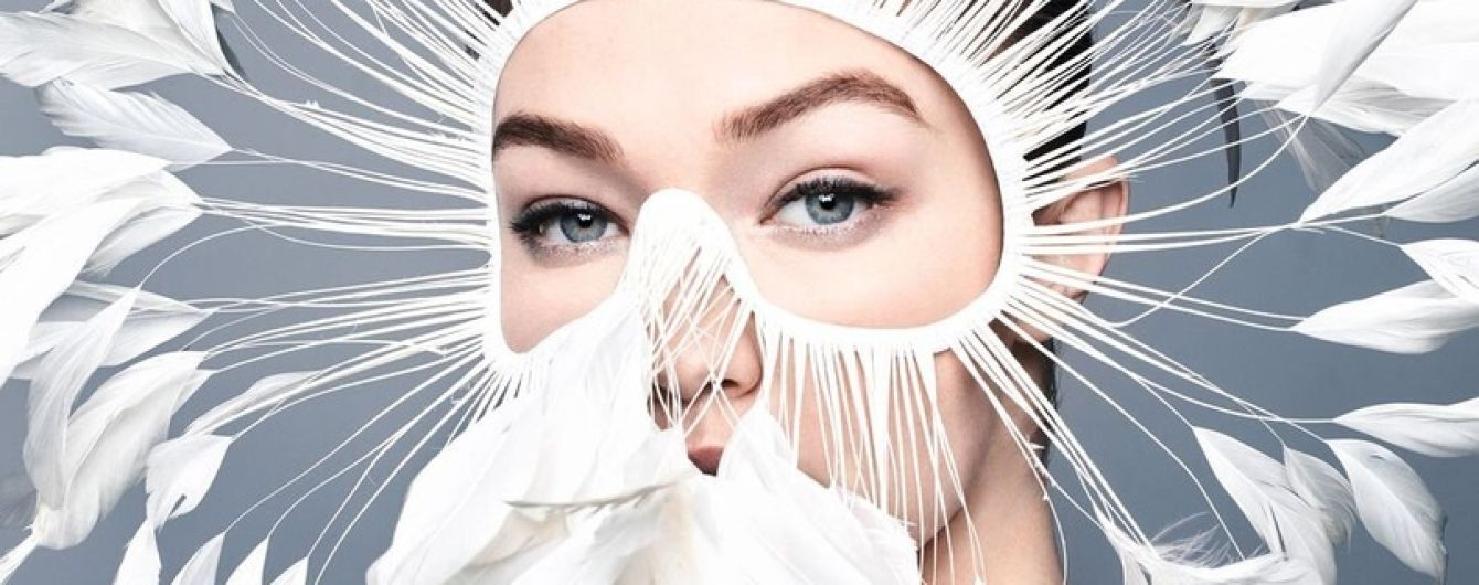 В маске из перьев: Джиджи Хадид позировала для нового фотосета