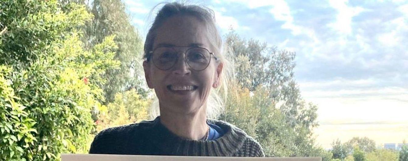 Это пикантно: Шерон Стоун в миниатюрных шортах сделала фото на балконе