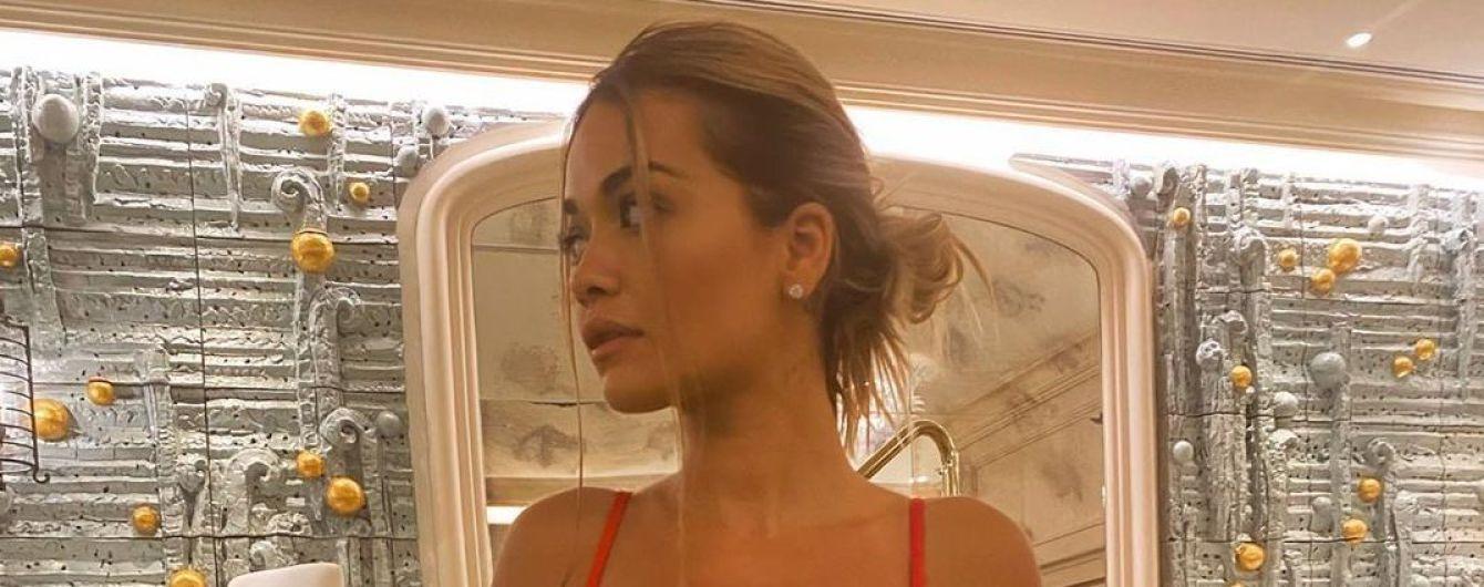 Плаває на карантині: Ріта Ора у червоному бікіні похизувалася сексуальною фігурою