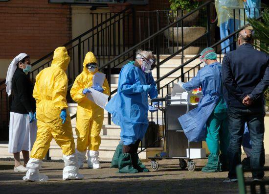 Коронавірус в Італії щодня забирає сотні життів: за добу в країні померли понад 700 людей