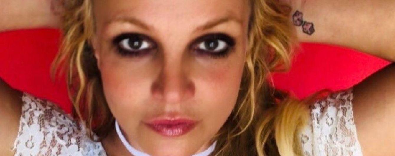 Неудачный макияж и странное декольте: Бритни Спирс похвасталась луком