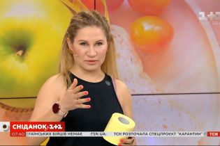 """Зарядка с туалетной бумагой от фитнес-тренера Ксении Литвиновой в студии """"Сніданку з 1+1"""""""