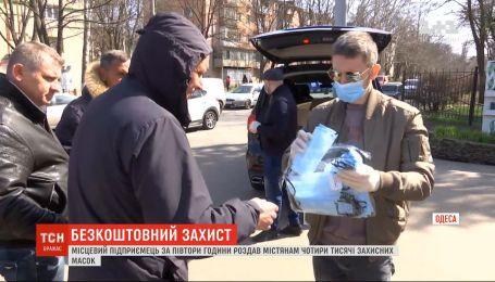 В Одесі підприємець за півтори години роздав містянам 4 тисячі захисних масок