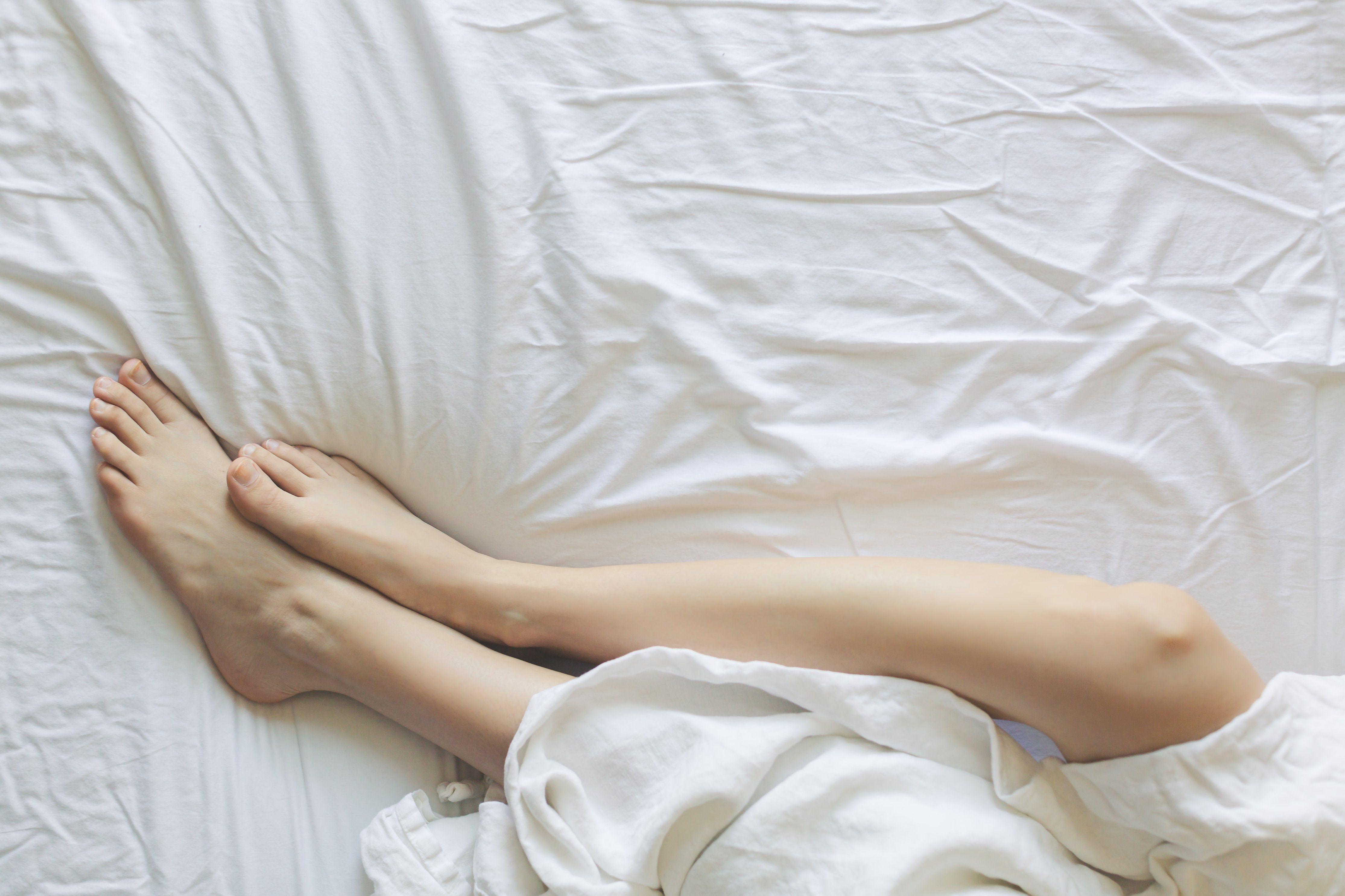 ліжко, самотність, ізоляція. дівчина