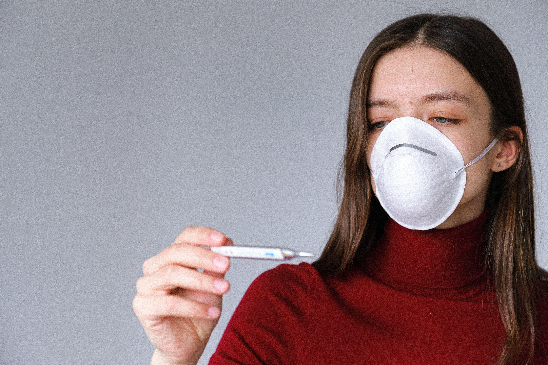 медична маска, дівчина, термометр