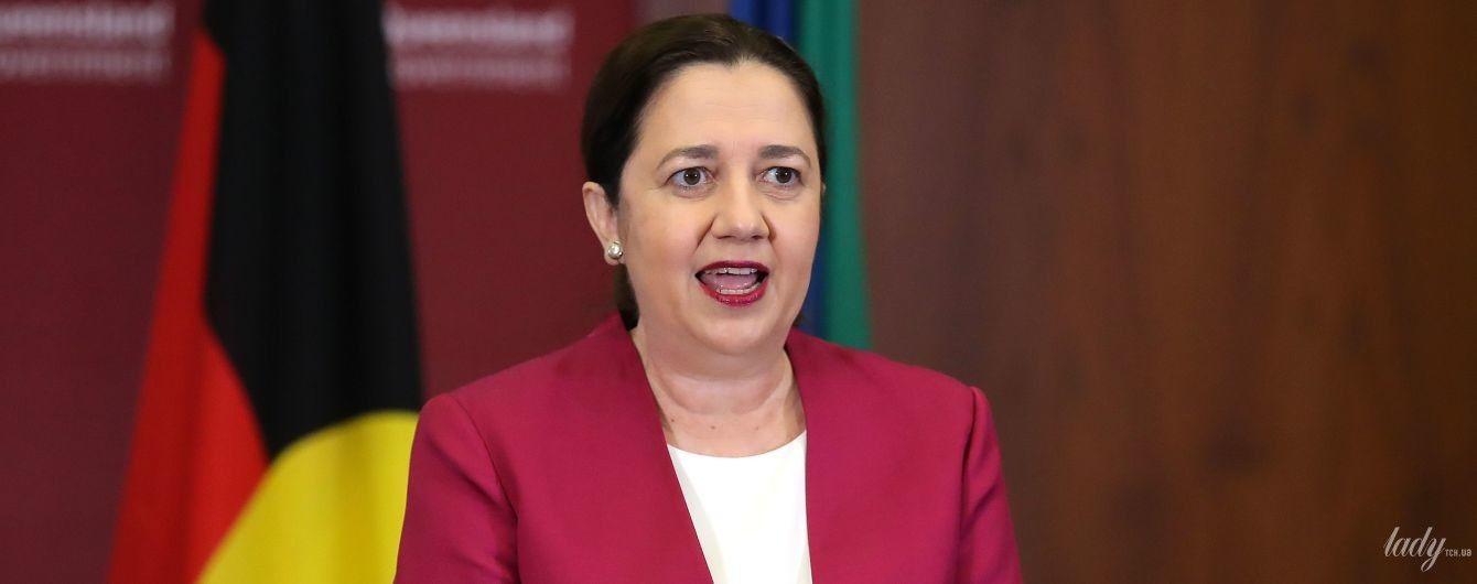 В белом платье и жакете цвета фуксии: премьер-министр Квинсленда продезинфицировала руки перед пресс-конференцией