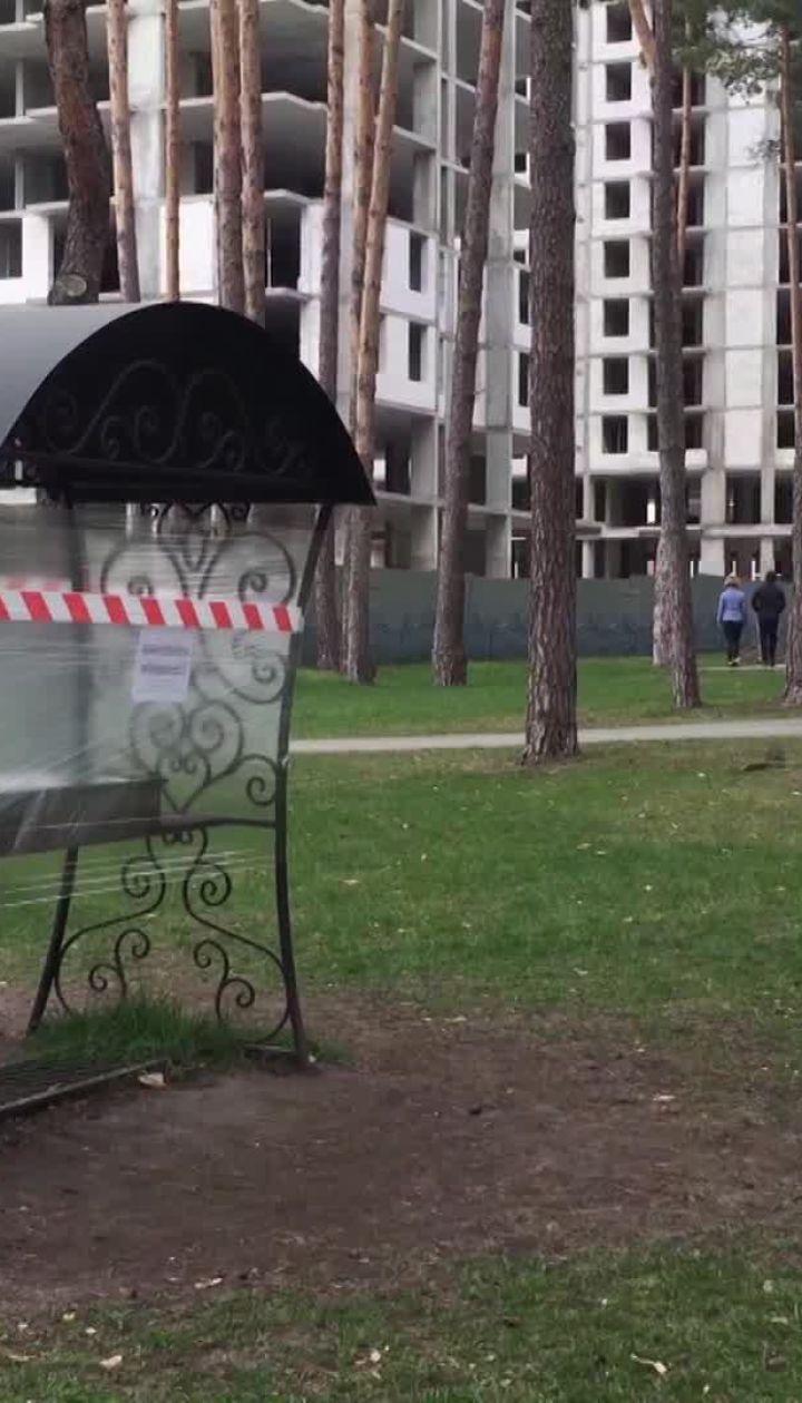 Карантин в Киевской области: в Ирпенском парка заклеили пленкой все аттракционы