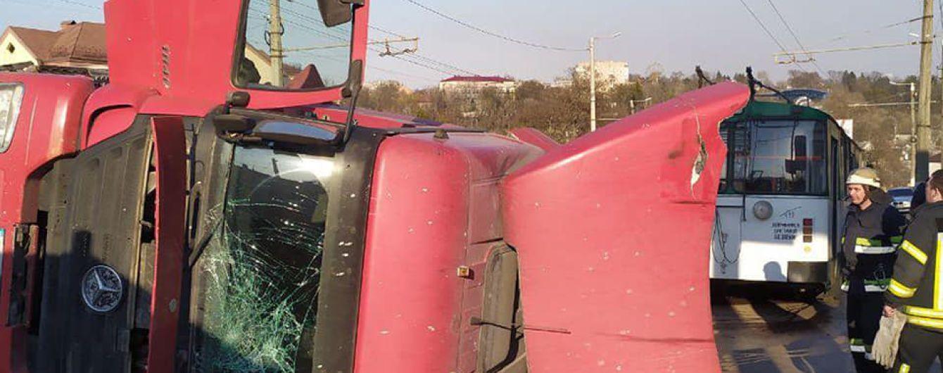 У Житомирі бетонозмішувач протаранив тролейбус