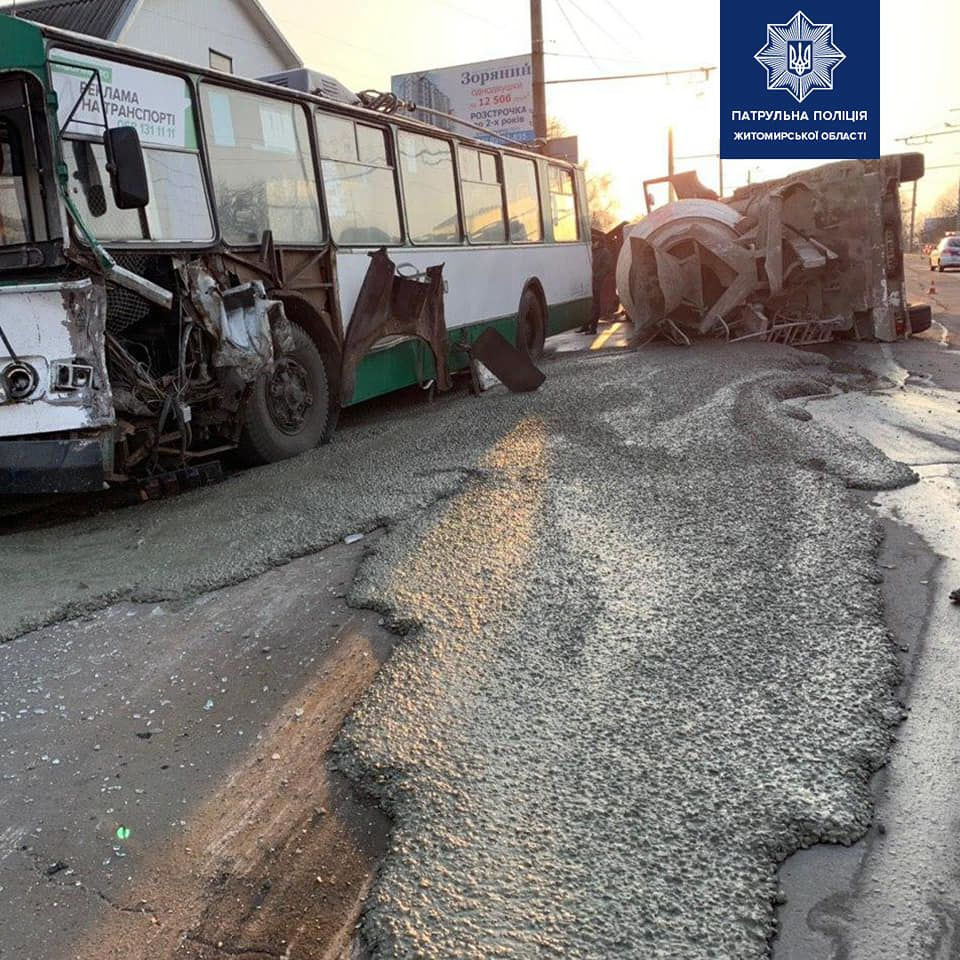 бетонозмішувач врізався у тролейбус