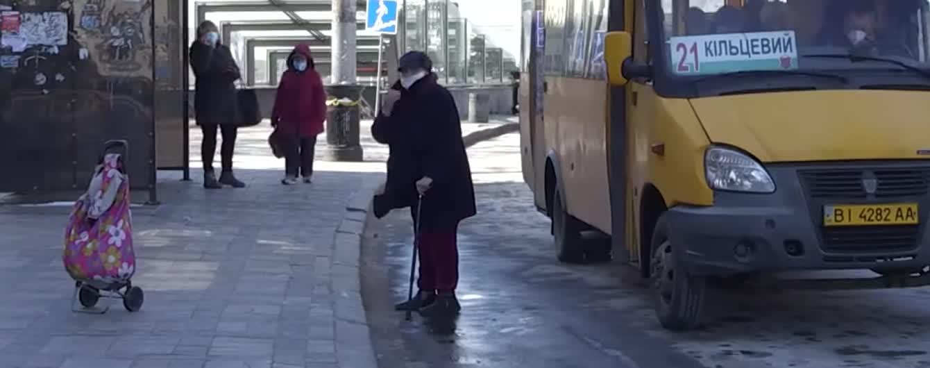 """Вулична магія: у Полтаві """"слухняна"""" сумка сама приїхала до пенсіонерки - це потрапило на відео"""