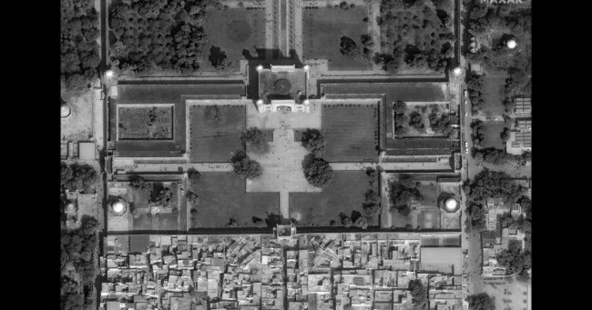Большие ворота Тадж Махала. 10 февраля 2020 @ Satellite image © 2020 Maxar Technologies