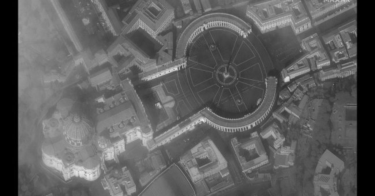 Площадь Святого Петра в Риме. 18 марта 2020 @ Satellite image © 2020 Maxar Technologies