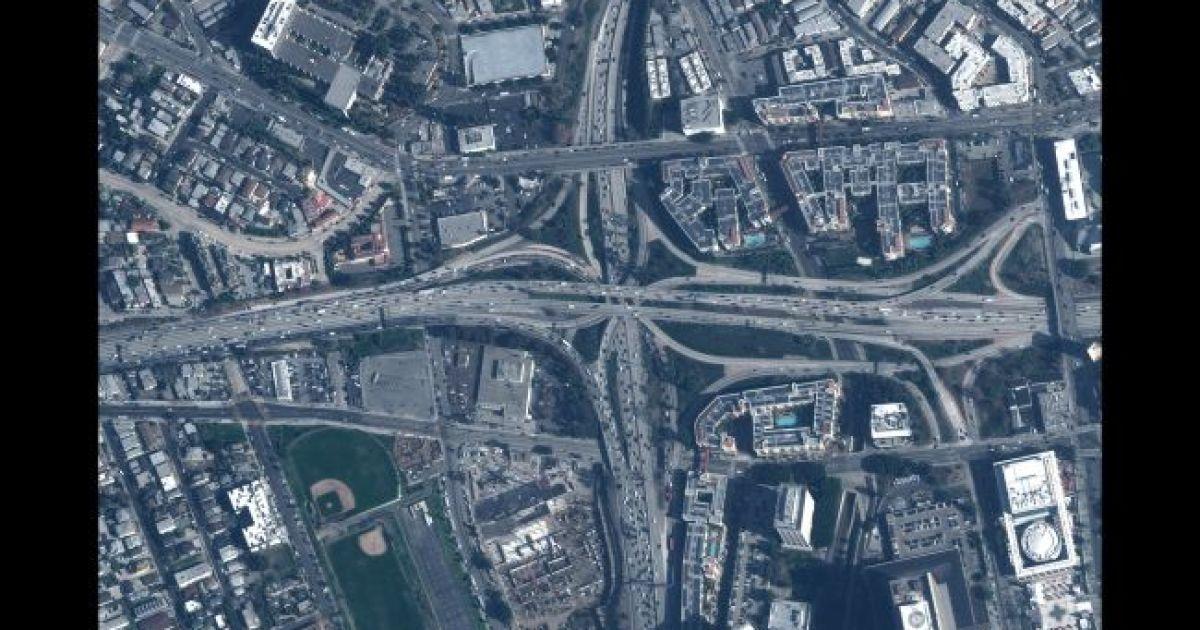 Автобан в Лос Анджелесе. 28 января 2020 @ Satellite image © 2020 Maxar Technologies