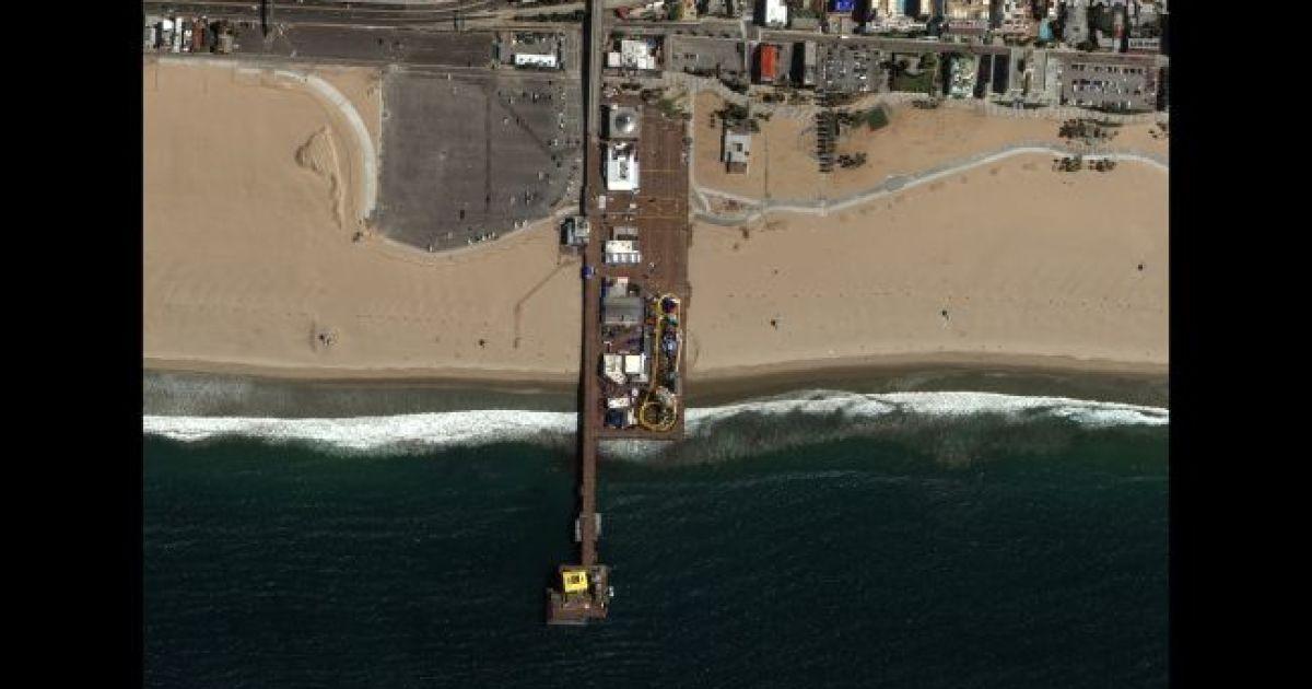 Пляж Санта-Моники 22 марта 2020 @ Satellite image © 2020 Maxar Technologies