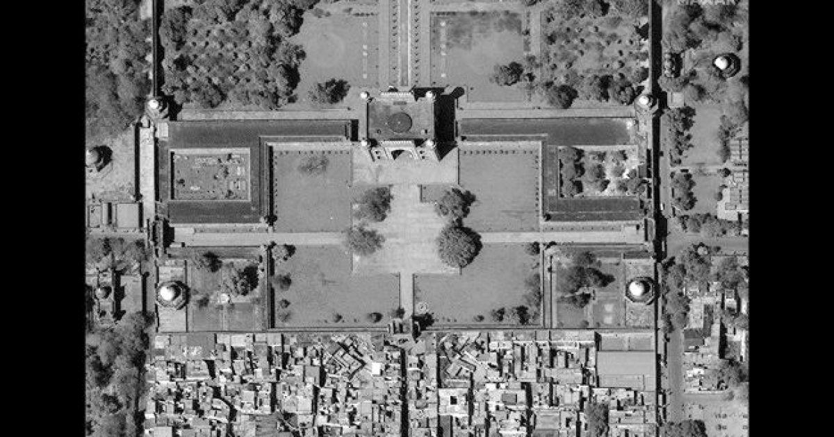 Большие ворота ТАдж Махала. 18 марта 2020 @ Satellite image © 2020 Maxar Technologies