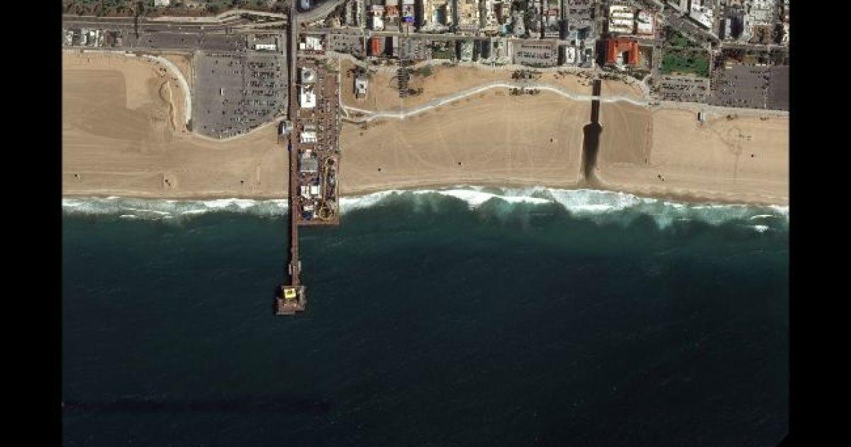 Пляж Санта-Моники. 11 марта 2020 @ Satellite image © 2020 Maxar Technologies