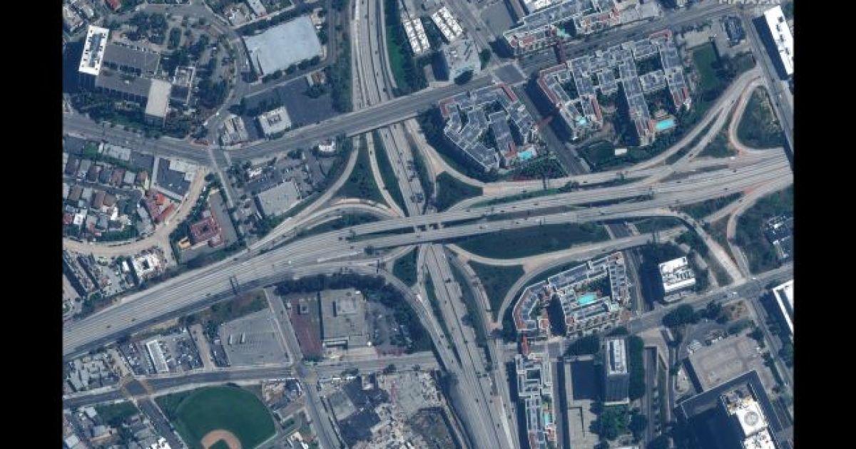 Автобан в Лос Анджелесе. 22 марта 2020 @ Satellite image © 2020 Maxar Technologies