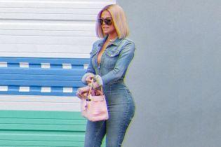 У джинсовому комбінезоні з пікантним декольте: сексуальний аутфіт Глое Кардашян