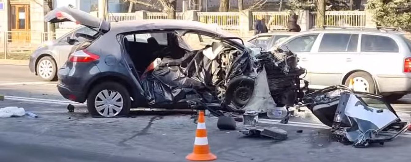 У Києві таксі влетіло у пішохідний перехід: загинула пасажирка