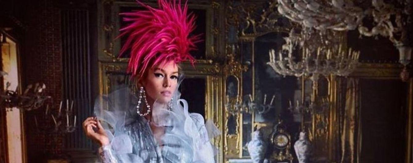 В экстравагантных луках и с перьям на голове: Стелла Максвелл снялась в фотосессии