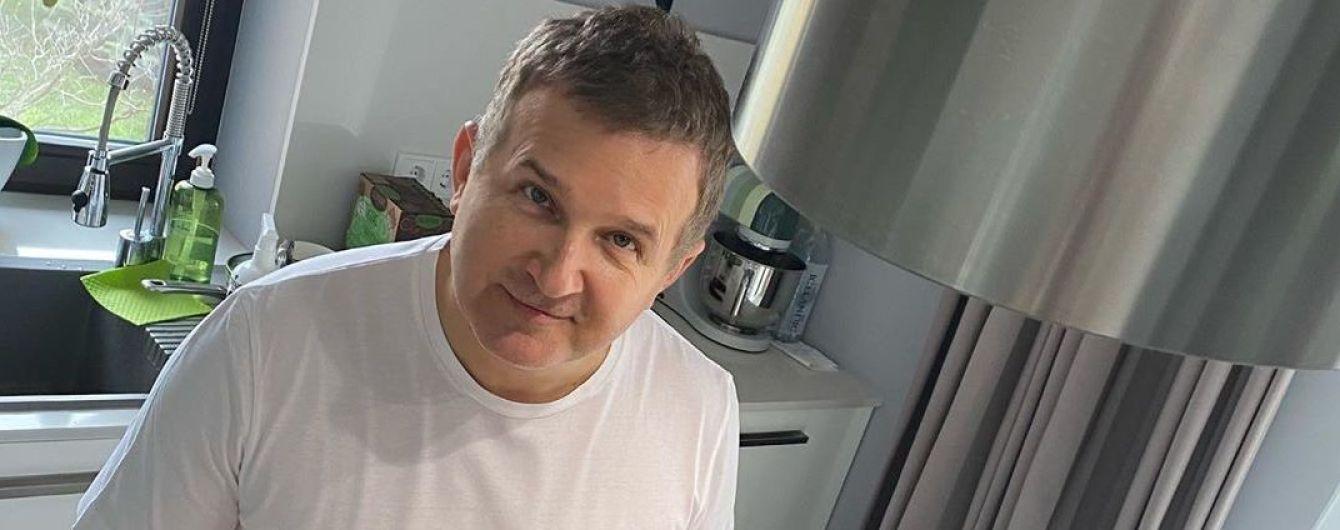 До чего карантин довел: Юрий Горбунов готовит у плиты любимое блюдо