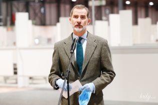 В маске и перчатках: король Испании Филипп VI нанес визит в мадридский госпиталь