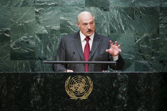 З України нікого ж не буде: Лукашенко заявив, що крім нього, немає кому їхати 9 травня на парад до Москви