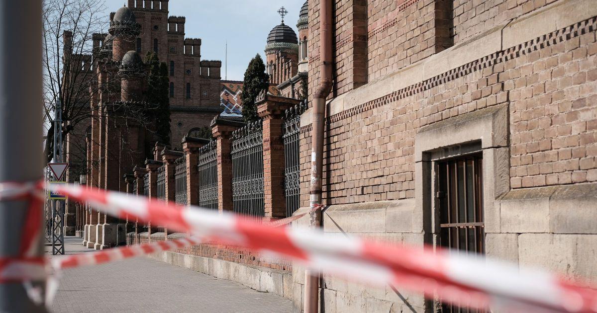 Порожнє місто і всі у масках: фотограф показав життя Чернівців на карантині