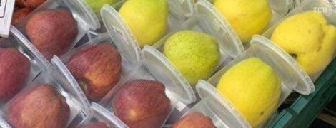"""В киевском супермаркете для больших яблок придумали индивидуальную """"антивирусую"""" упаковку"""