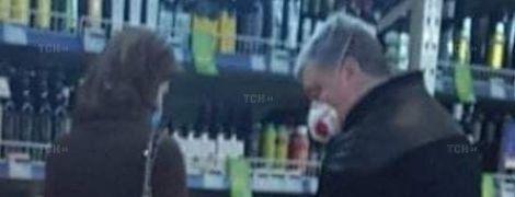 Подружжя Порошенків у масках сфотографували у супермаркеті