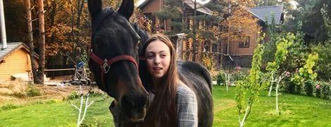 Дочь Поляковой рассказала, почему упала с лошади