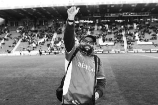 Легендарный фанат английского клуба умер от коронавируса, он не пропустил ни одного матча за 22 года