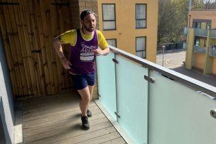 Британец пробежал полумарафон прямо на своем четырехметровом балконе ради благотворительности