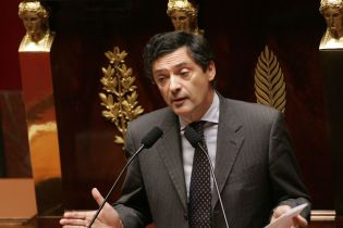 Во Франции от коронавируса умер советник бывших президентов Жака Ширака и Николя Саркози