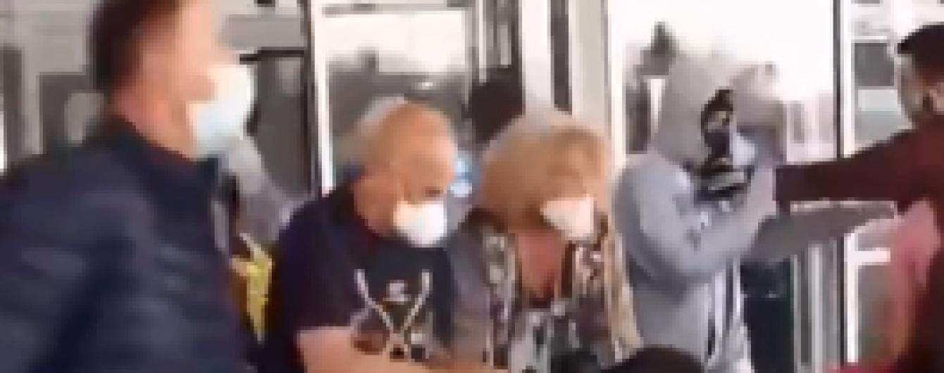 Украинцы, прибывшие из Вьетнама, отказывались от обсервации и пытались убежать из аэропорта