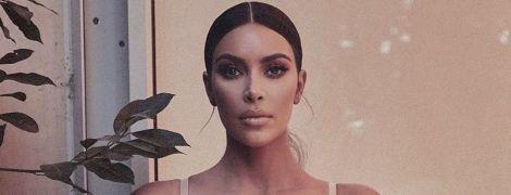 В телесном утягивающем белье: Ким Кардашьян поделилась пикантными снимками