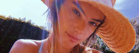 Хвастается пышной грудью: Алессандра Амбросио в купальнике и шляпе на отдыхе