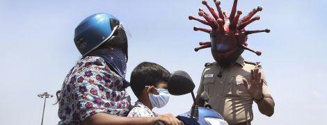 Индийский полисмен в устрашающем шлеме-коронавирусе напоминает водителям о правилах карантина
